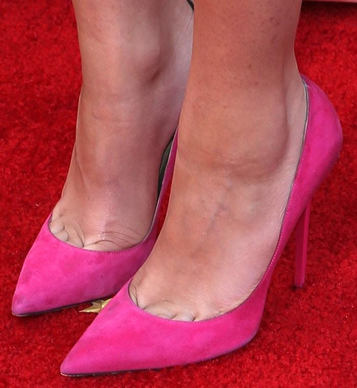 Zendaya's toe cleavage in pink pumps