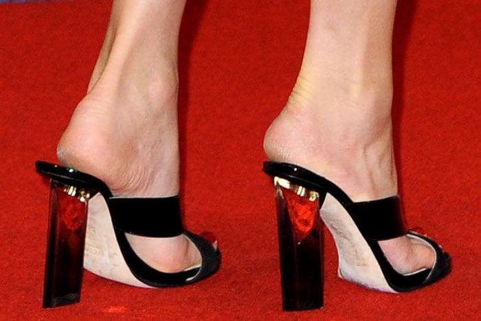 Elizabeth Banks showed off her cracked, dry heels