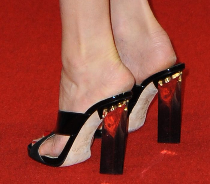 Elizabeth Banks' slip-on shoes with crisscross straps at the vamps