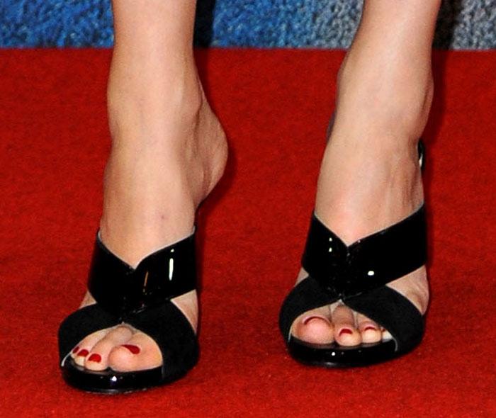 Elizabeth Banks showed off her toes in Jimmy Choo Taris mule sandals