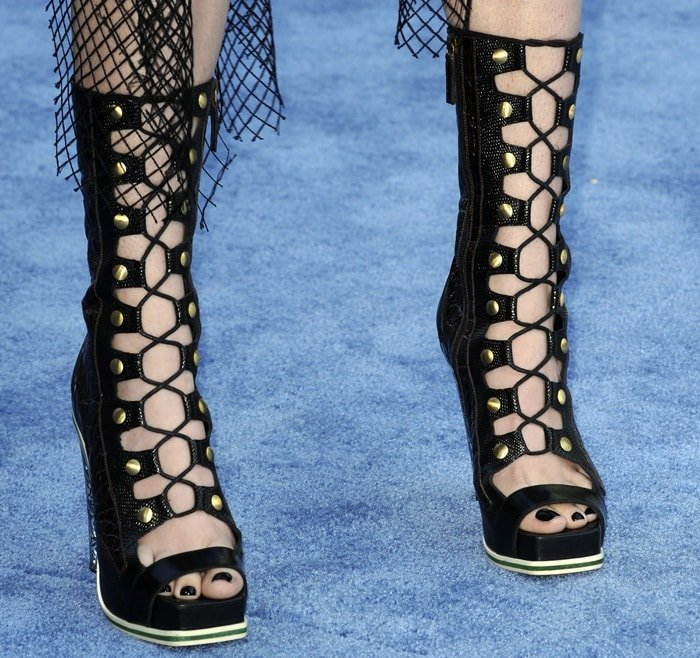 Hailee Steinfeld showed off her feet in lace-up open-toe heels