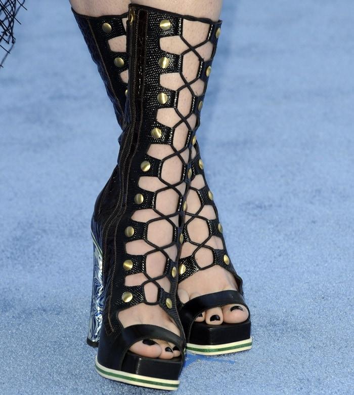 Hailee Steinfeld's sexy toes in Rodarte shoes