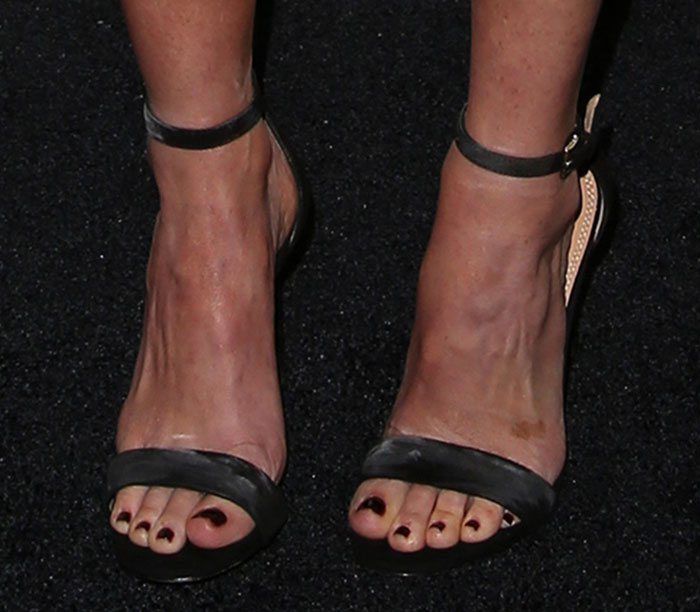 Olivia Munn showed off her feet in classic black sandals