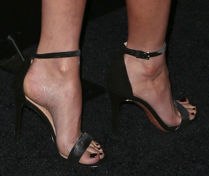 Olivia Munn's sexy toes in Tory Burch sandals