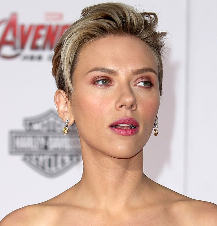 Scarlett Johansson's slicked-back pixie and gorgeous makeup with pink lipstick and eyeshadow