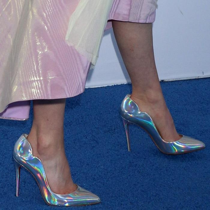 Thomasin McKenzie's sexy feet in metallic Hot Chick pumps