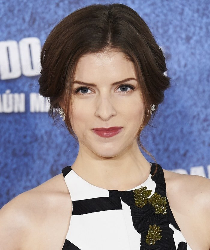 Anna Kendrick donned an awkward monochrome dress from the Narciso Rodriguez Fall 2015 collection
