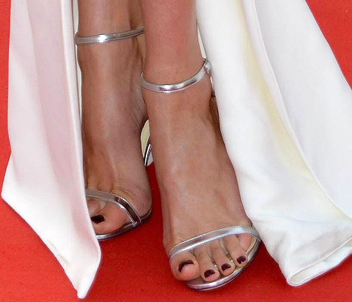 """Doutzen Kroes' sexy feet in Jimmy Choo """"Minny"""" sandals"""