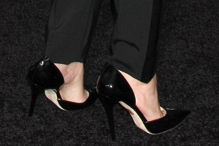 Elizabeth Banks' feet in Jimmy Choo Addison black patent pumps