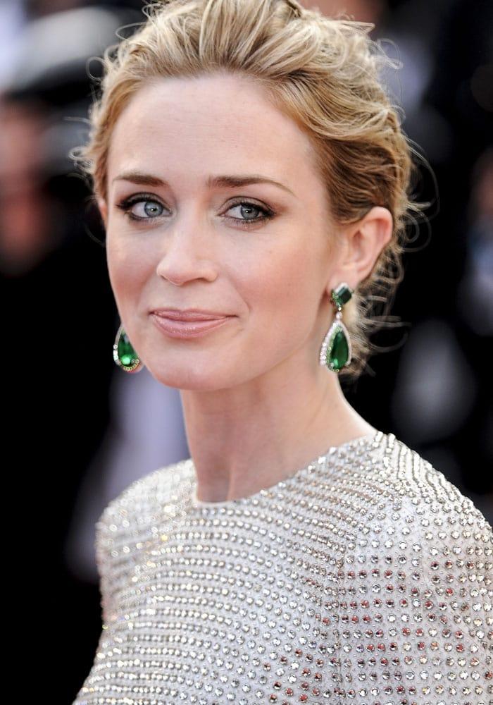 Emily Blunt's emerald Anna Hu Haute Joaillerie earrings