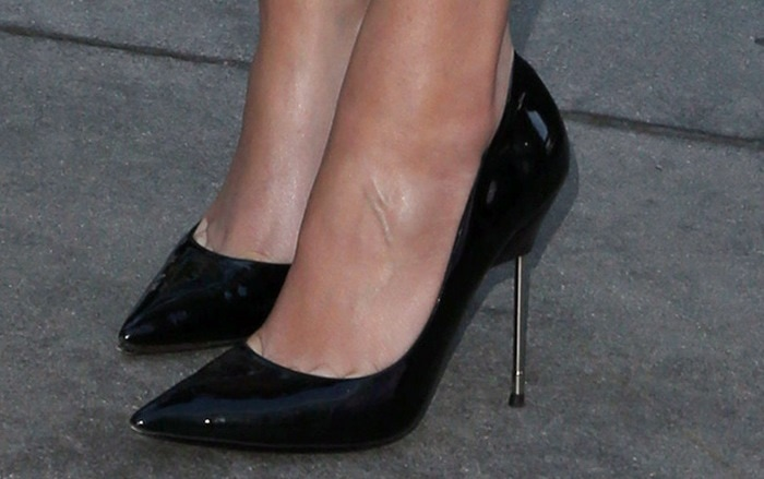 Hailee Steinfeld shows off her feet in Kurt Geiger shoes