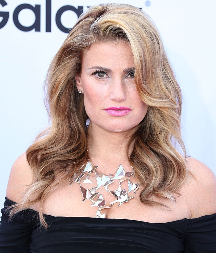 Idina Menzel wore her hair in side-parting