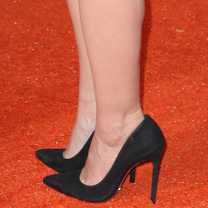Idina Menzel showed off her sexy feet in black stiletto shoes