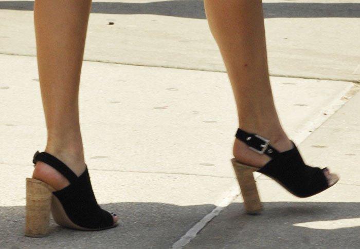 Jennifer-Lawrence-in-Gianvito-Rossi-chunky-heel-slingback-sandals