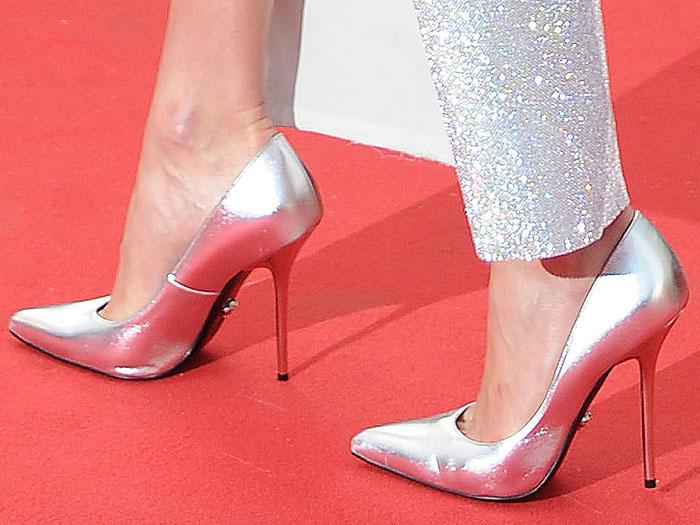 Karlie Kloss' hot feet in Versace metallic silver pumps