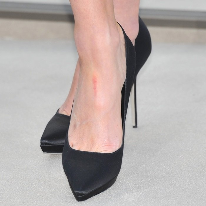 Kate Beckinsale's sexy feet in black stiletto pumps