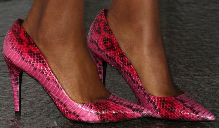 Kerry Washington's hot feet in pink pointy-toe snakeskin pumps from Tamara Mellon