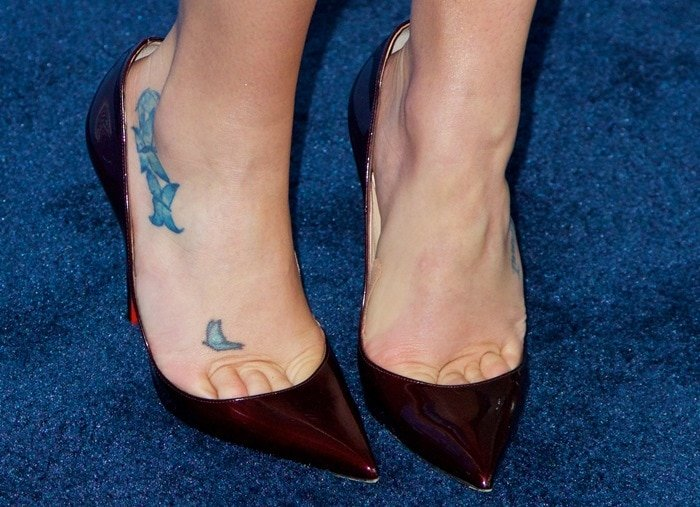 Lea Michele's sexy toe cleavage in pointy toe pumps