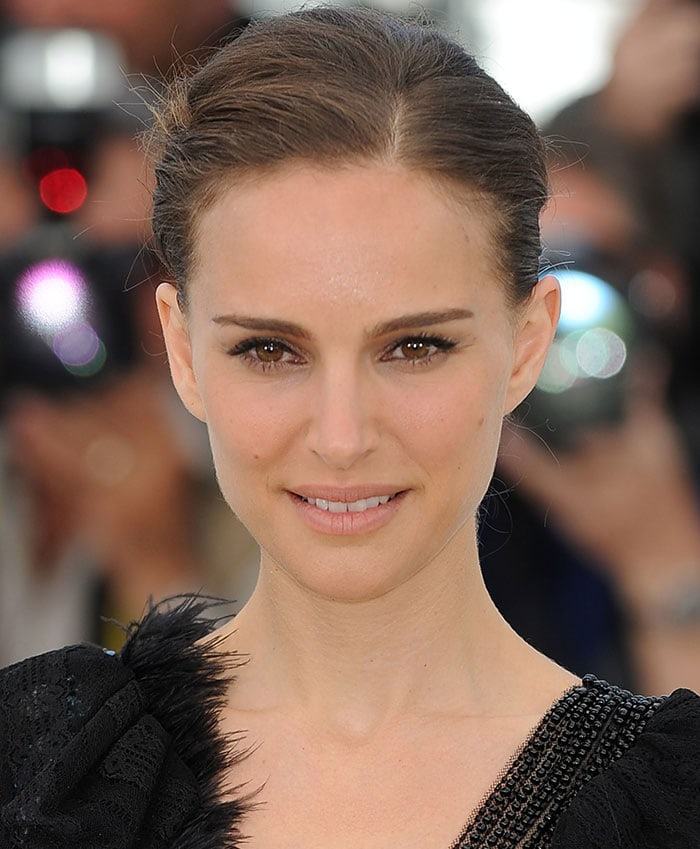 Natalie Portman wore makeup in a neutral tone with pale pink lipstick