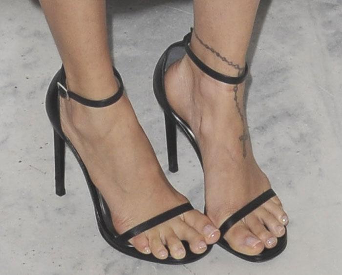 Nicole Richie showed off her sexy feet in Siren sandals