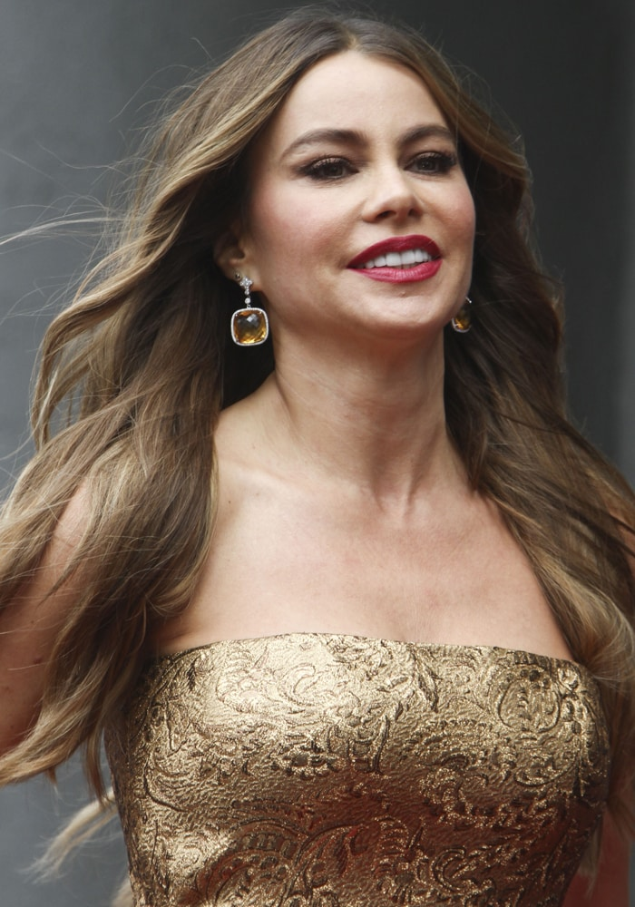 Sofia Vergara's rose-colored lip and taupe eyes