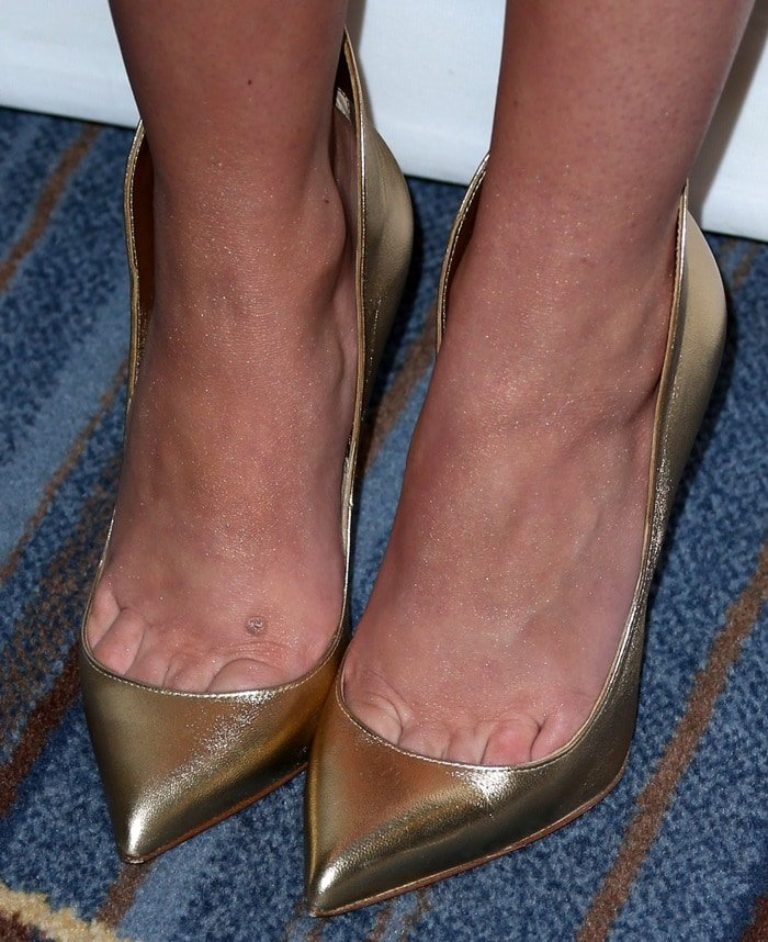 Cher Lloyd's sexy toe cleavage and pretty feet