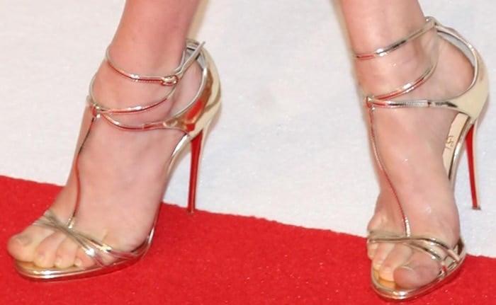 Amanda Seyfried shows off her feet inBenedetta sandals