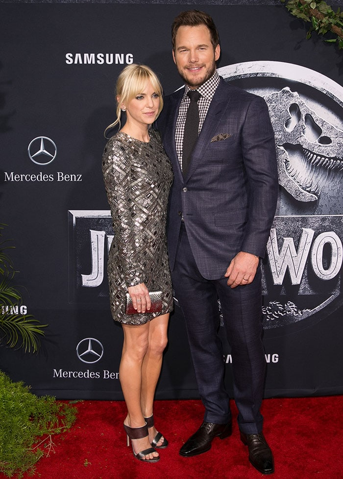 Chris Pratt, posing withAnna Faris, in a checkered shirt and a black tie underneath