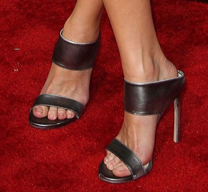 Anna Faris' feet in Stuart Weitzman sandals