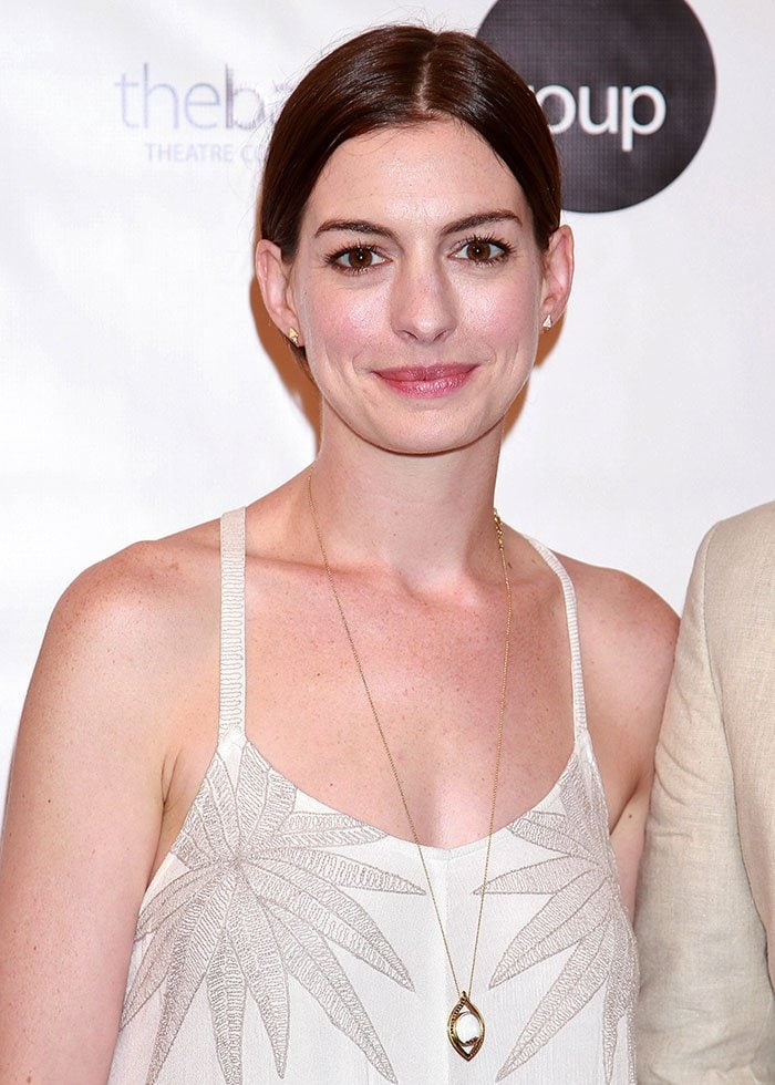 Anne Hathaway wore a long pendant necklace