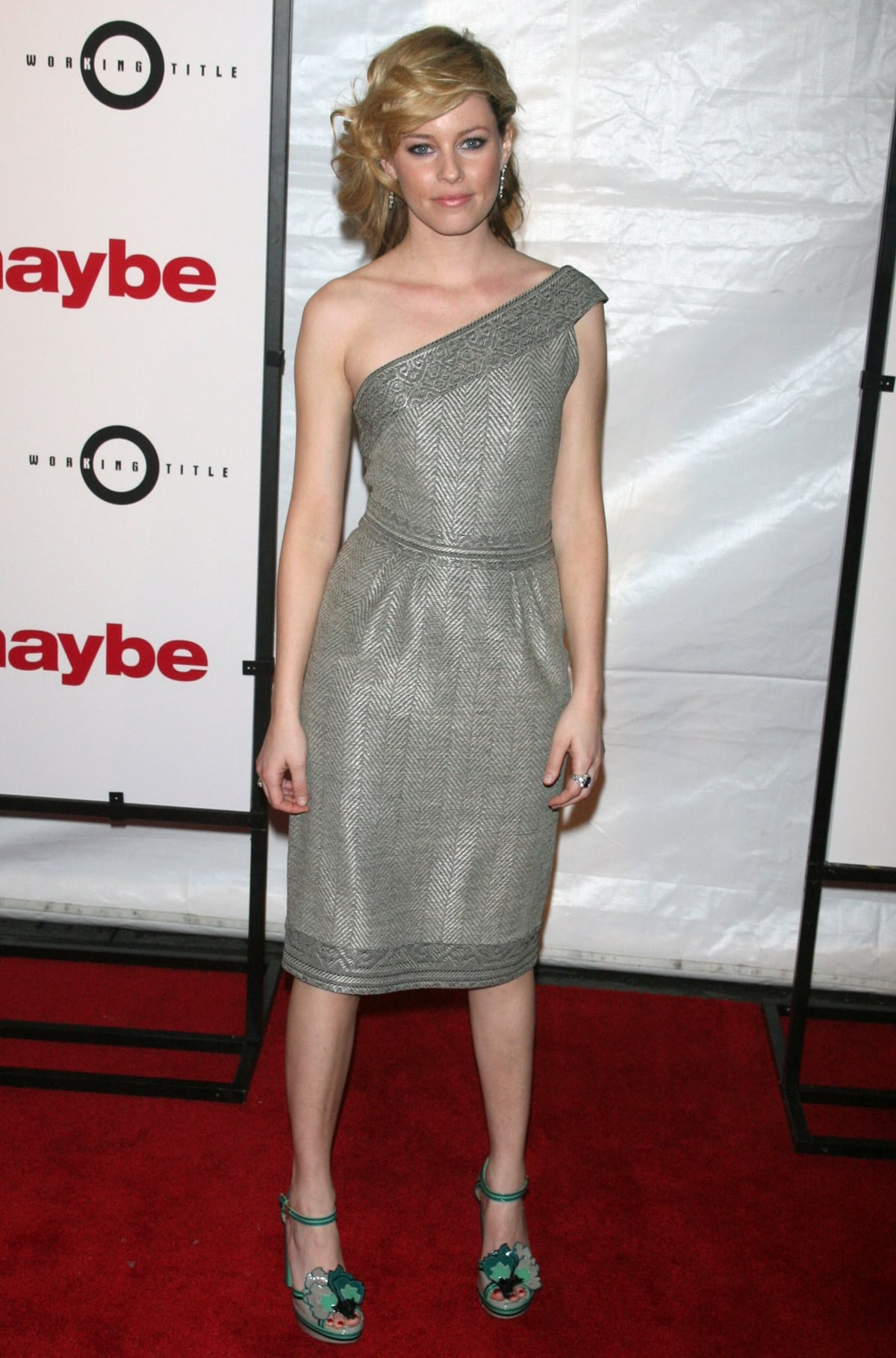 Actress Elizabeth Banks flaunts her legs at the premiere of Definitely, Maybe