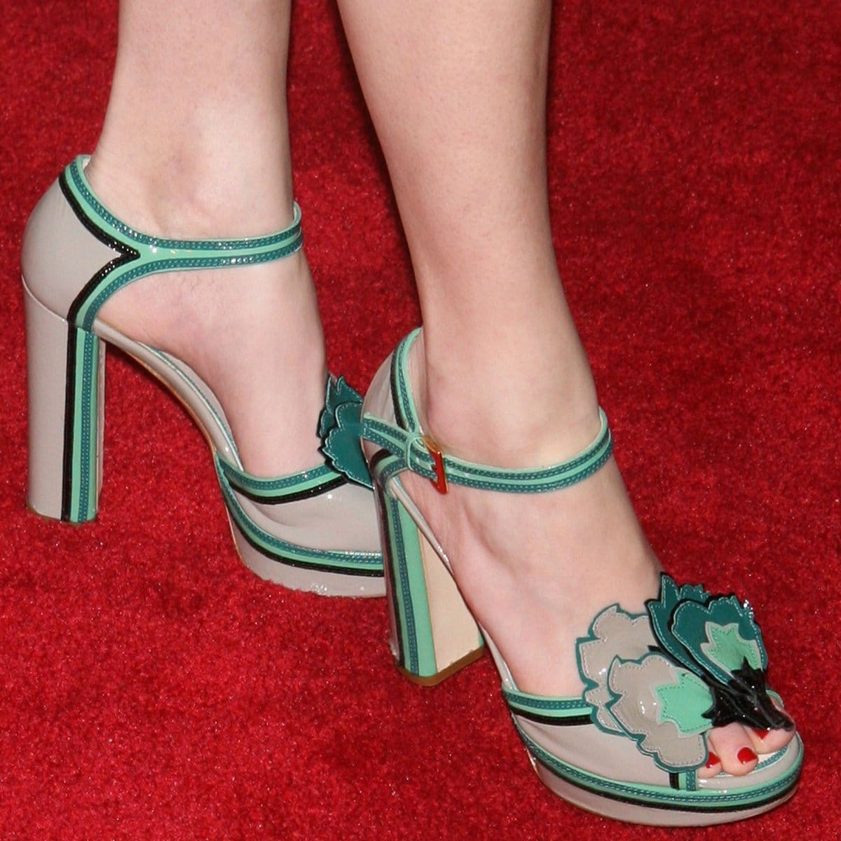 Elizabeth Banks shows off her size 7 (US) feet in high heels