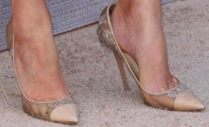 Elizabeth Banks showed off her feet in feminine lace Jimmy Choo pumps