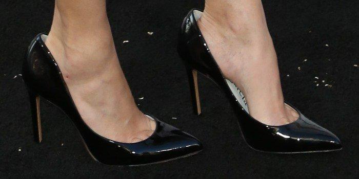 Elizabeth Banks showed off her hot feet in black shoes