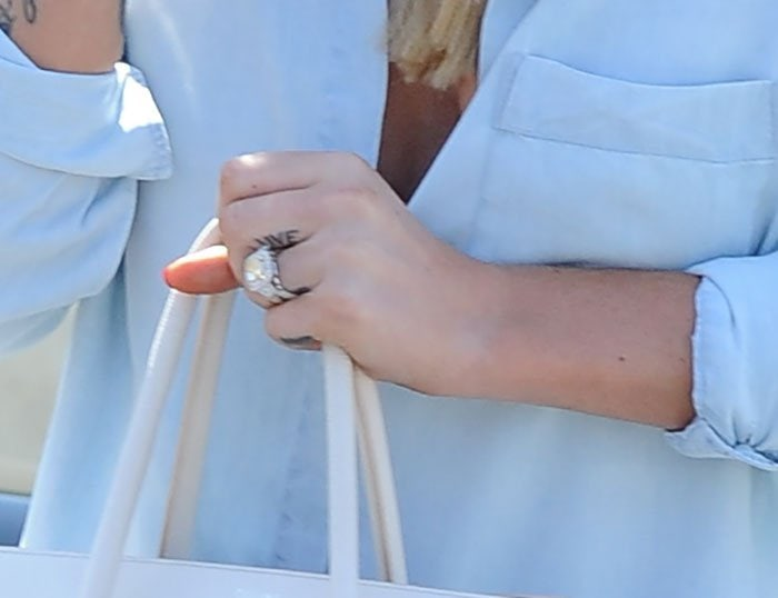 Iggy Azalea proudly displaying her engagement ring