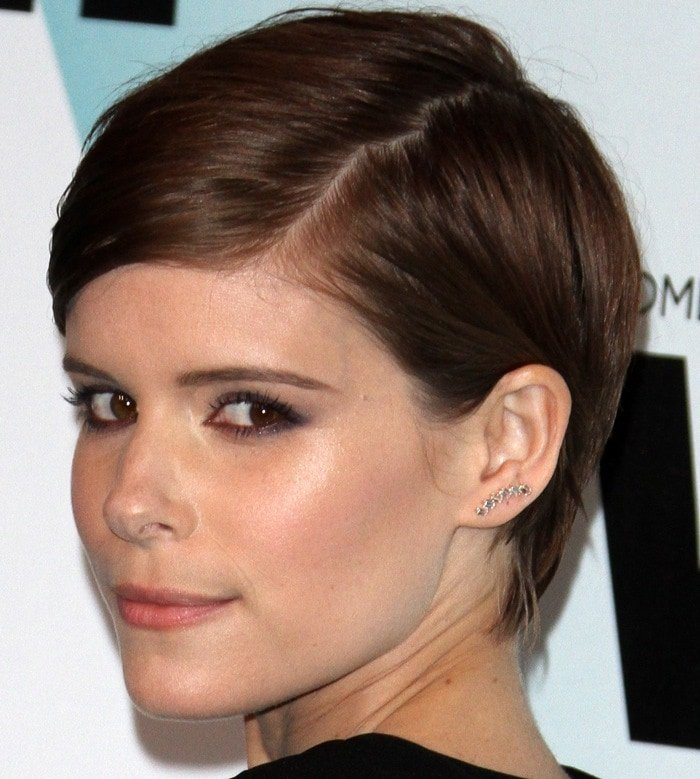 Kate Mara shows of her smoky eye makeup and detailed earring