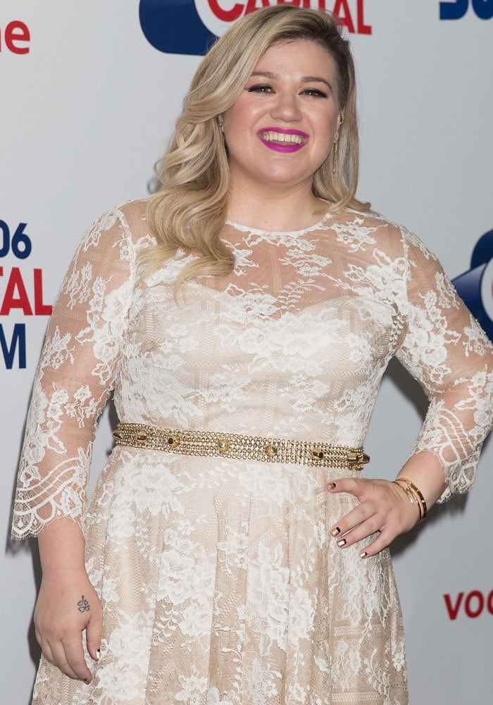 Kelly Clarkson happily stepped in front of all the cameras