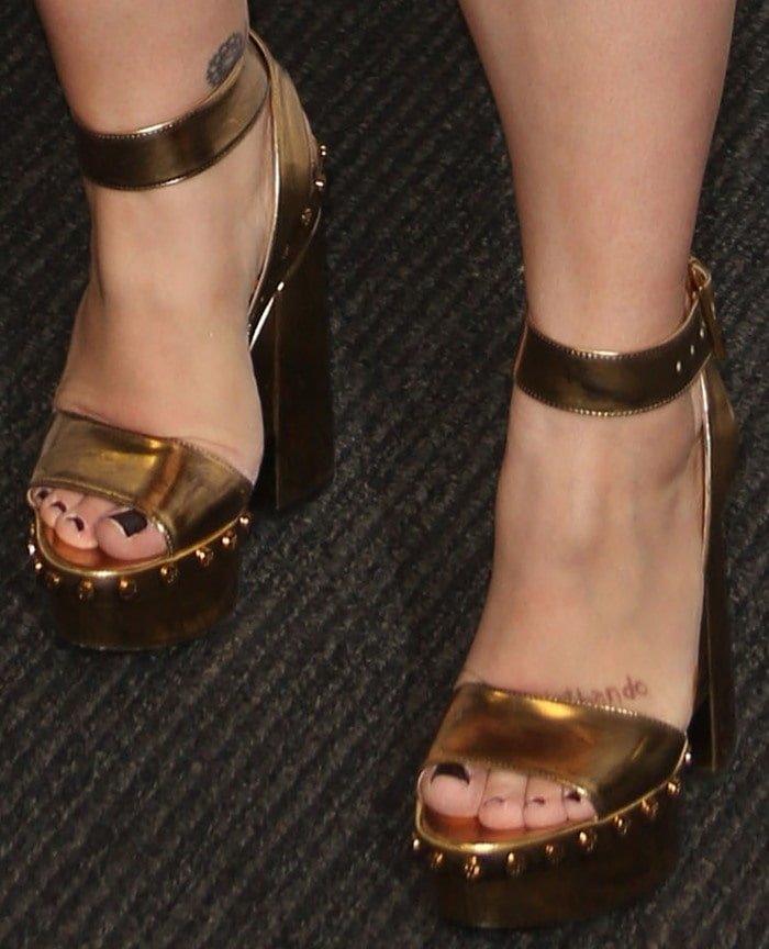 Kelly Clarkson shows off her feet in Tom Ford heels