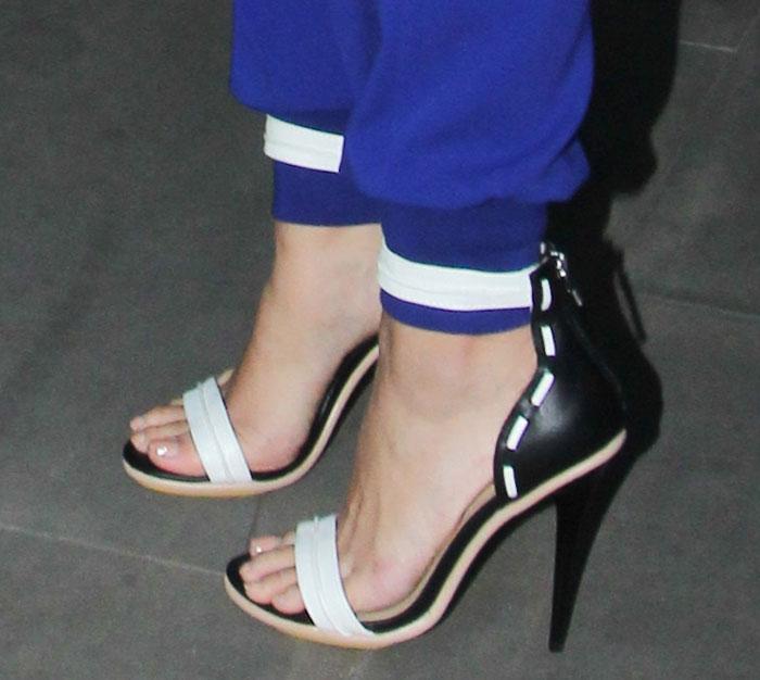Leona-Lewis-GX-by-Gwen-Stefani-black-white-sandals