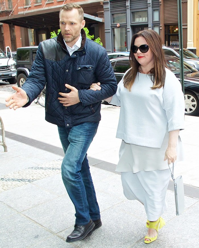 Melissa McCarthy wore a dove white three-quarter-sleeve top worn over a longer top