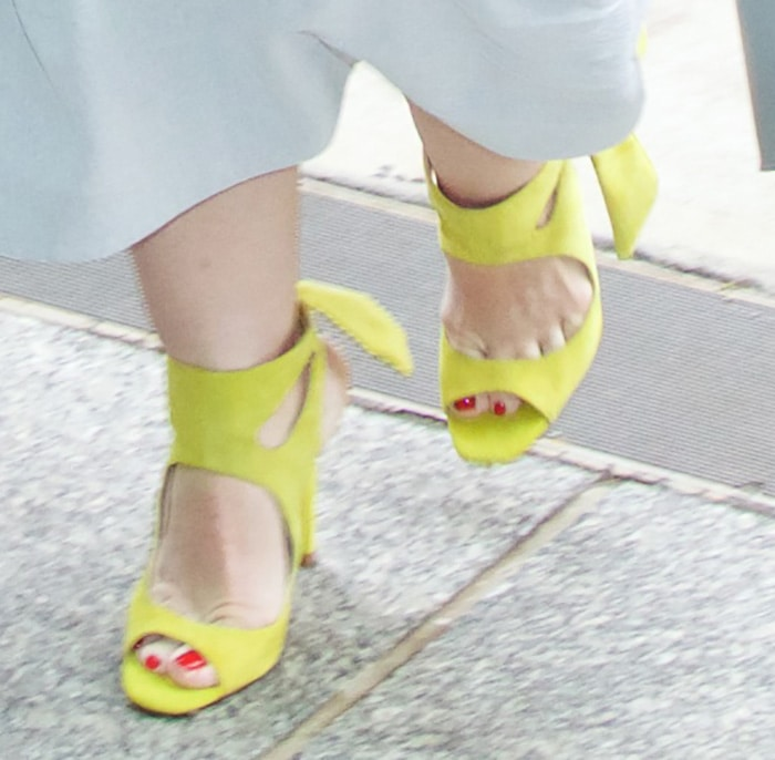 Melissa McCarthy displayed her toes in Zara shoes