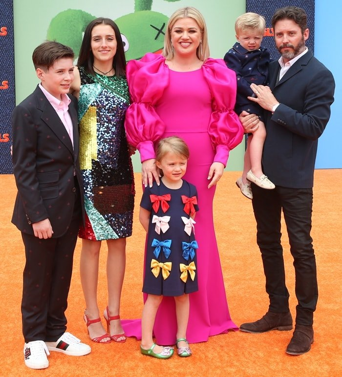 Seth Blackstock posing with his father, Brandon Blackstock, his stepmom Kelly Clarkson, and his brothers and sisters