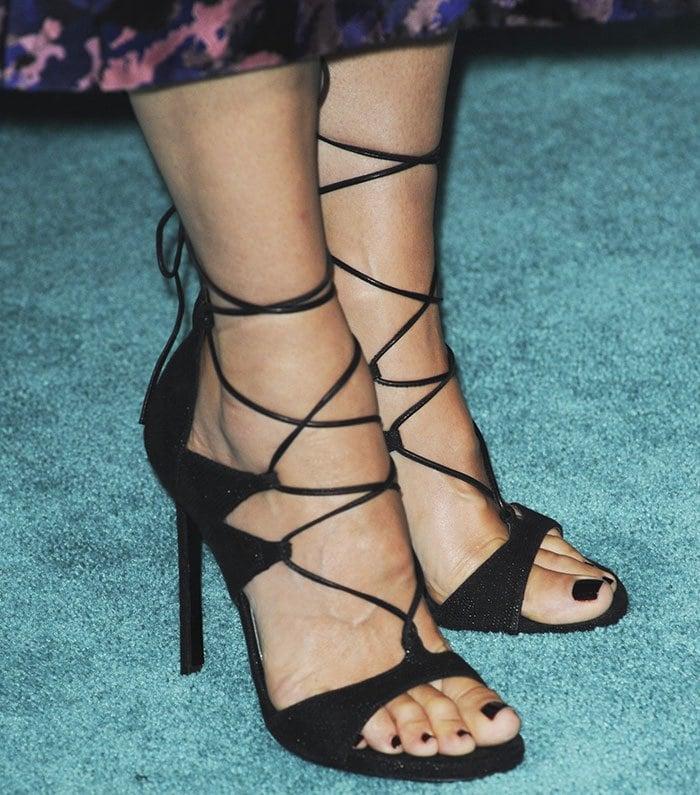 "Sandra Bullock matches her ""LegWrap"" sandals to her pedicure"