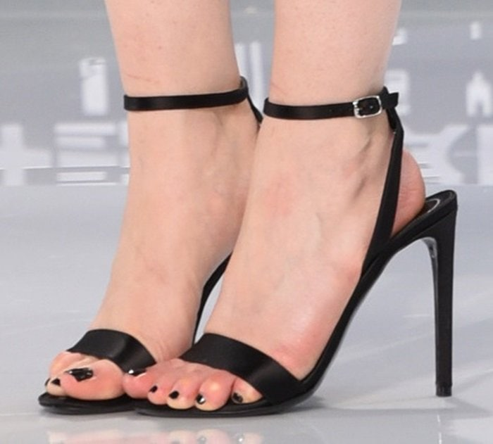 Emilia Clarke's pretty feet and toes in black shoes