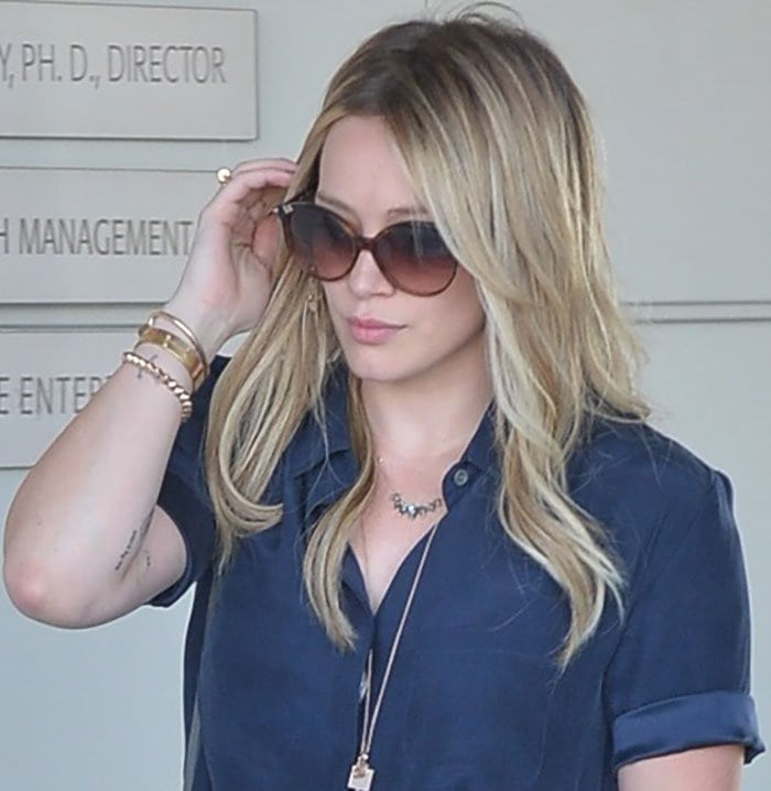 Hilary Duff let her blonde hair flow loosely over her shoulders in gorgeous waves and wore simple makeup