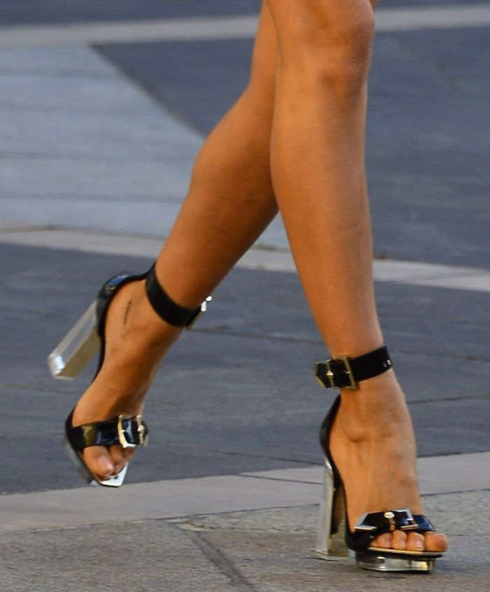 Irina Shayk displayed her sexy toes in Versace shoes