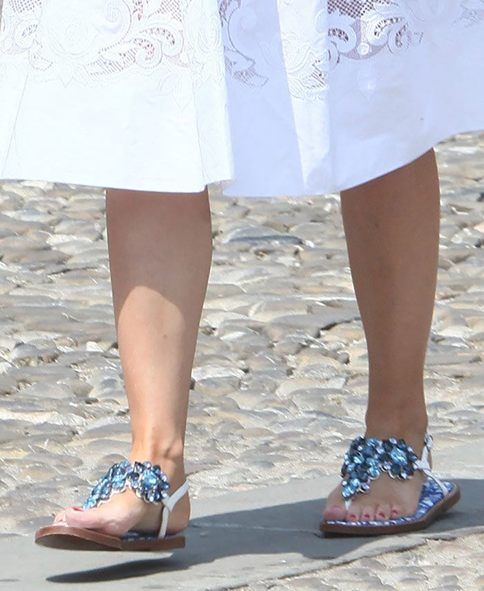 Kylie Minogue's sandals are the epitome of comfort and class — perfect for a Portofino yacht day