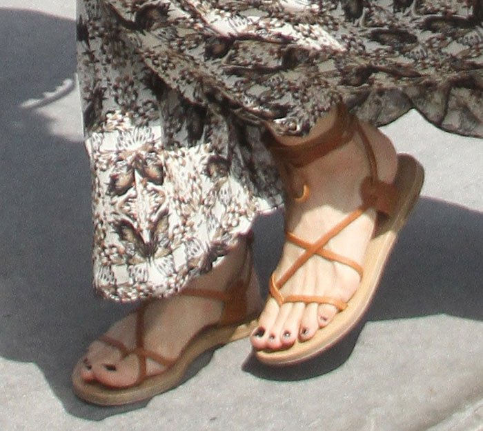 Leslie Mann's sexy feet in Isabel Marant ankle-wrap flat sandals