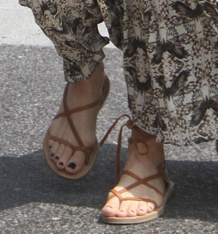 Leslie Mann displayed her hot toes in flat sandals with toe thongs