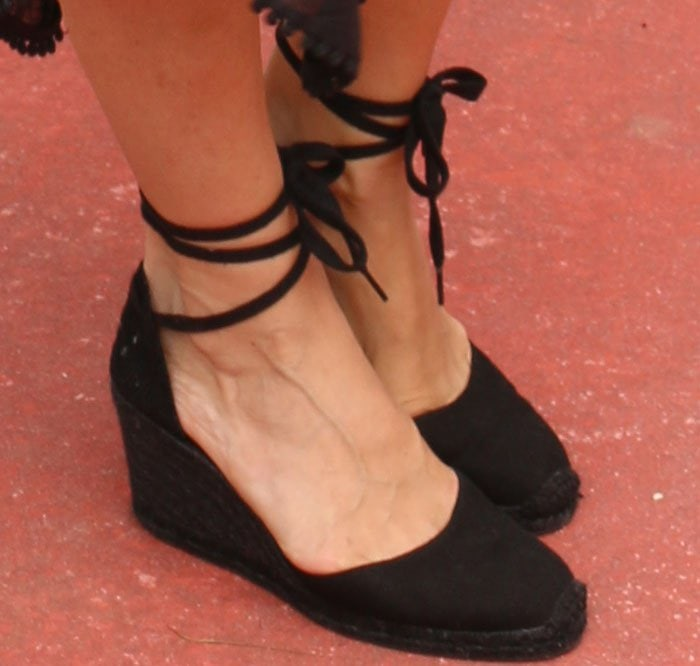 Molly Sims shows off her feet in lace-up espadrille from Castañer